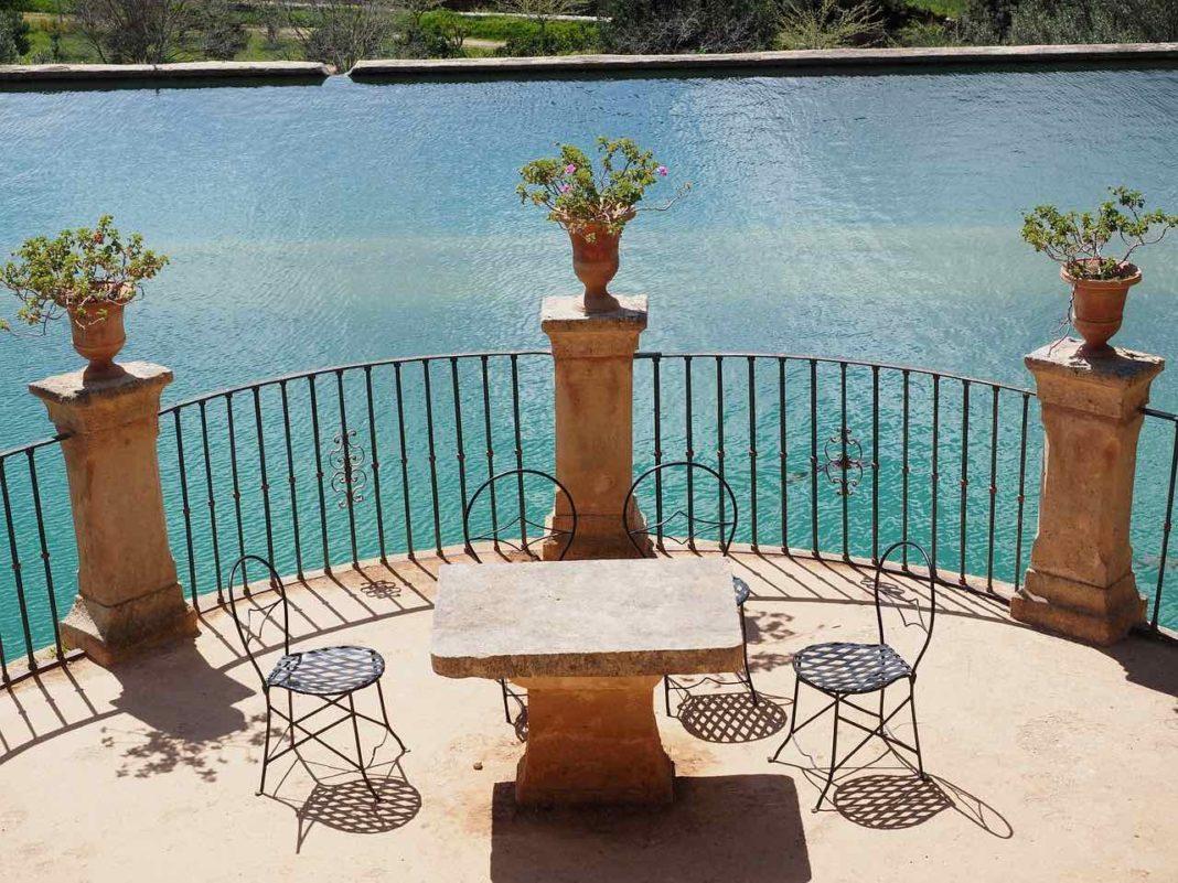 Jak osłonić przed słońcem taras lub balkon?